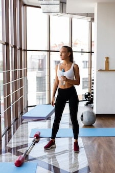Femme hydratante après l'exercice