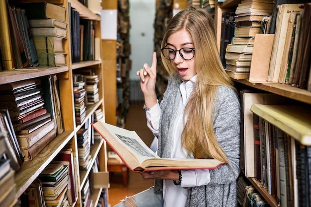 Femme a une idée en lisant un livre
