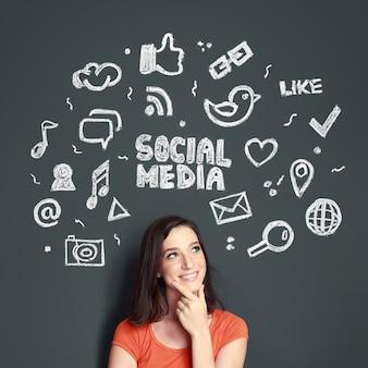 Femme avec illustration dessinée à la main du concept de médias sociaux