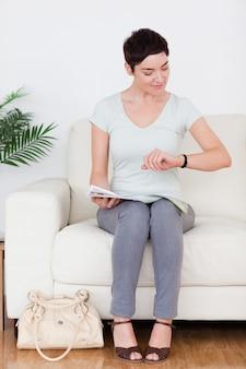 Femme impatiente avec un sac et un magazine