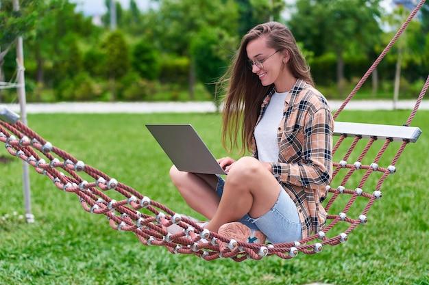 Femme indépendante heureuse de détente sur un hamac