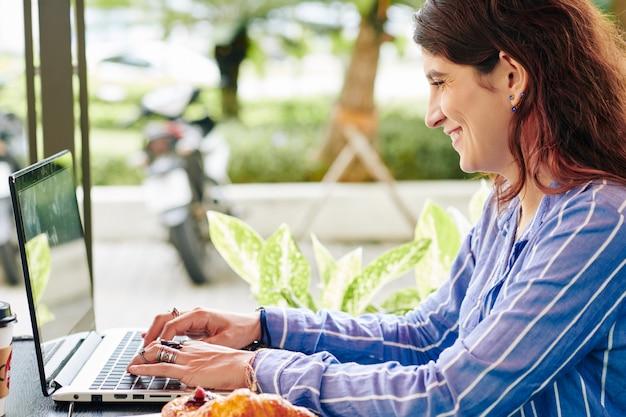 Femme indépendante répondant aux e-mails