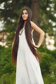 Femme indienne aux cheveux longs. dame en robe bleue. fille avec une nature intacte.