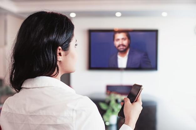 Femme indienne faisant une vidéoconférence avec son patron
