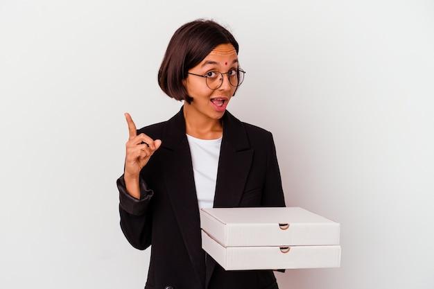 Femme indienne jeune entreprise tenant des pizzas isolées ayant une idée, concept d'inspiration.