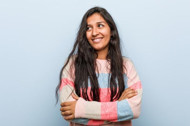 Femme indienne jeune fashion souriant confiant avec les bras croisés.