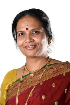 Femme indienne traditionnelle sur blanc