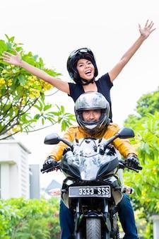Femme indonésienne se sentir libre sur une moto
