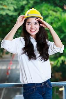 Femme ingénieur avec un casque