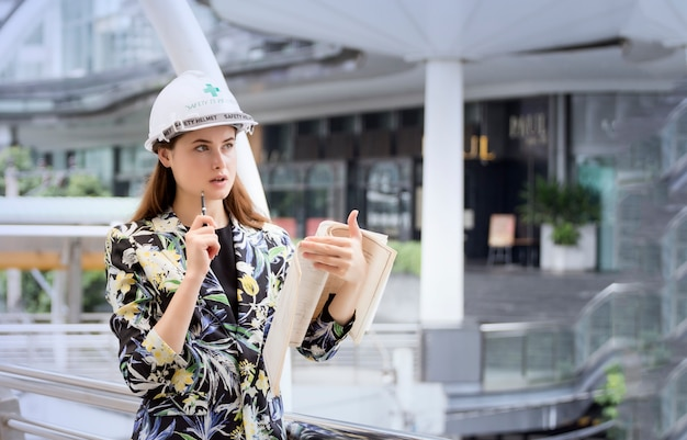 Femme ingénieur civil, l'architecture tient le plan directeur sur le site de travail.