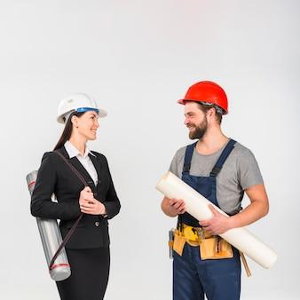 Femme ingénieur et constructeur avec whatman souriant
