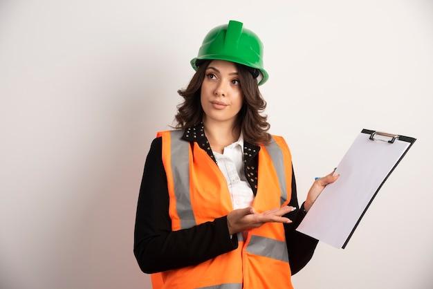 Femme ingénieur discutant sur blanc