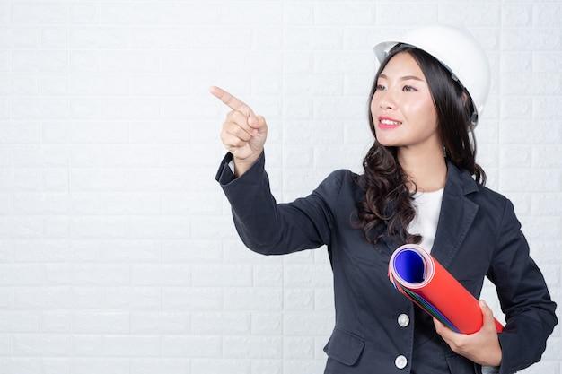 Femme d'ingénieur munie de documents