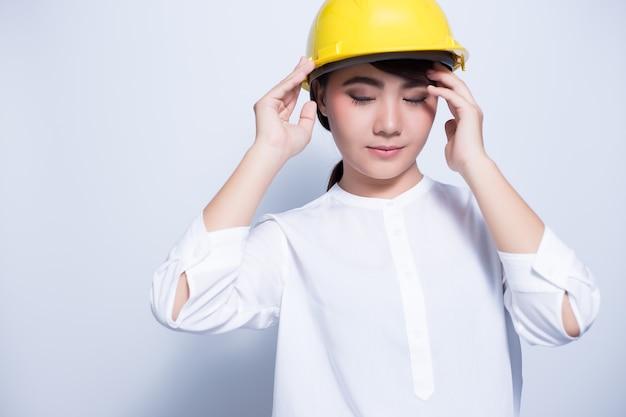 Femme ingénieur posant