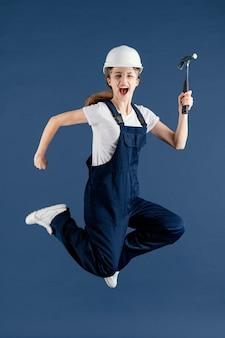 Femme ingénieur sautant