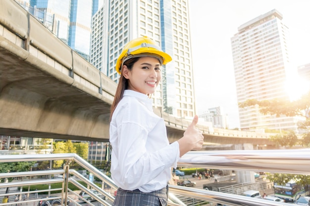Femme d'ingénieur travaille dans la ville en plein air
