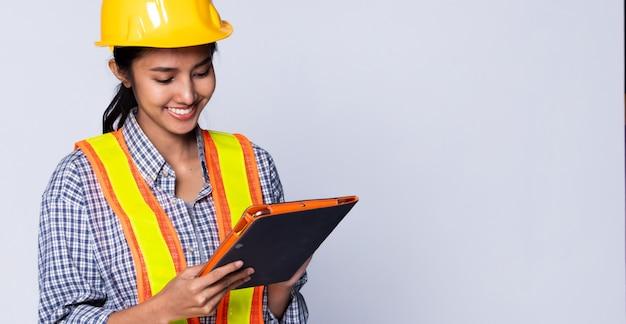 Femme ingénieure architecte au casque, sécurité vaste