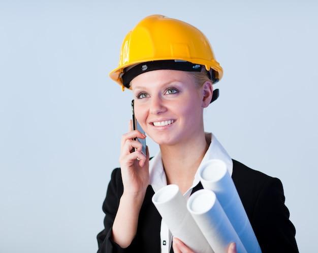 Femme ingénieure au téléphone