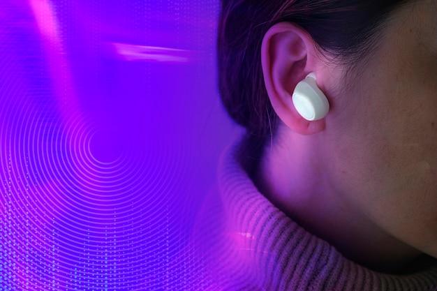 Femme innovation gadget musical avec écouteurs sans fil technologie de divertissement remixed media