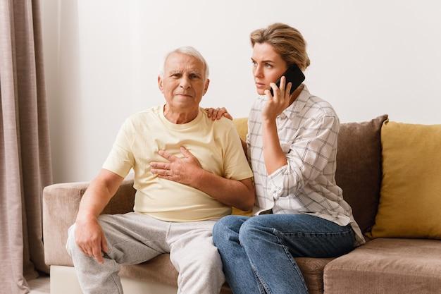Femme inquiète appelant à la ligne d'urgence 911 parce que ses personnes âgées
