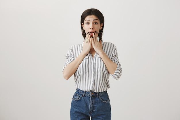 Une femme inquiète et choquée réagit aux mauvaises nouvelles, haletante inquiète