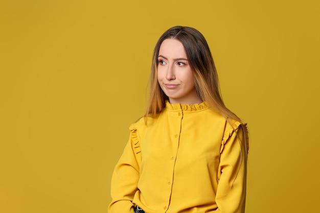Femme insatisfaite sur fond jaune. émotions humaines, expressions faciales. espace de copie