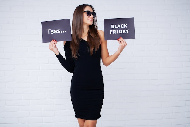 Femme avec inscription black friday