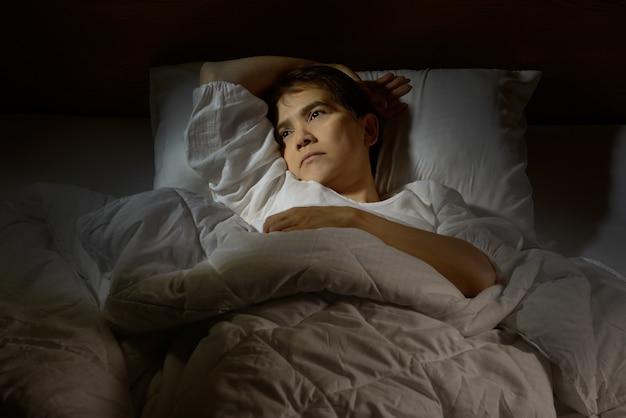 Femme, insomnie, mensonge, lit, yeux ouverts