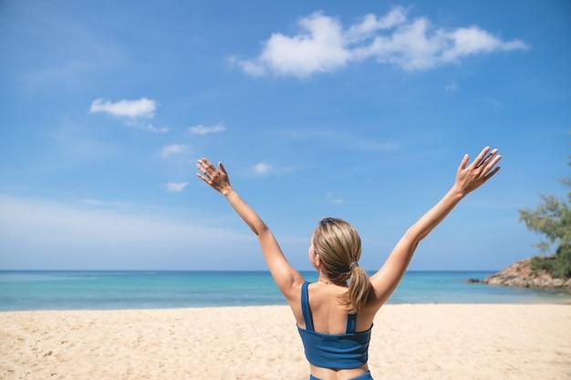 Femme insouciante sur la plage. vacances d'été à la plage.