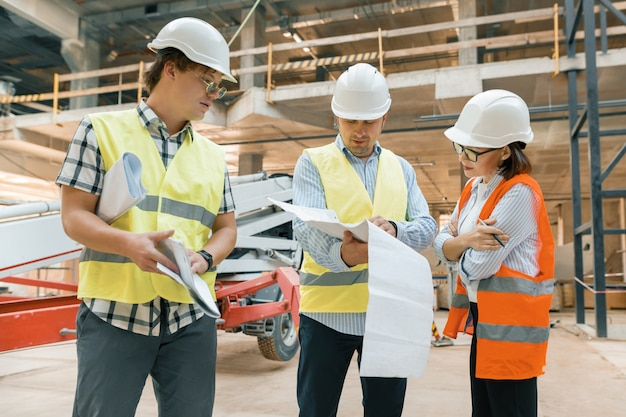 Femme inspecteur en construction examinant un chantier de construction