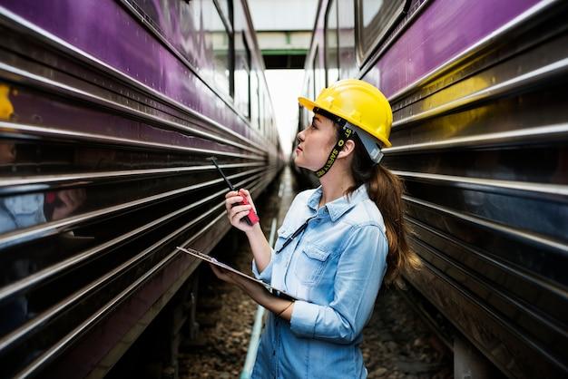 Femme inspecteur à la voie ferrée