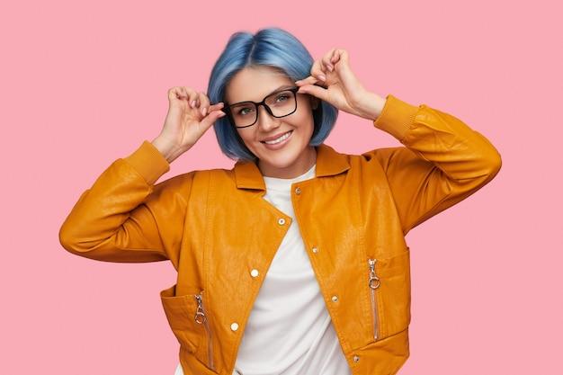 Femme intelligente ajustant des lunettes élégantes