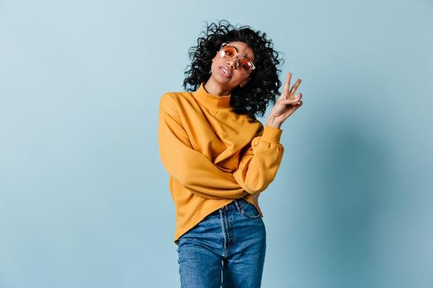 Femme intéressée posant avec signe de paix