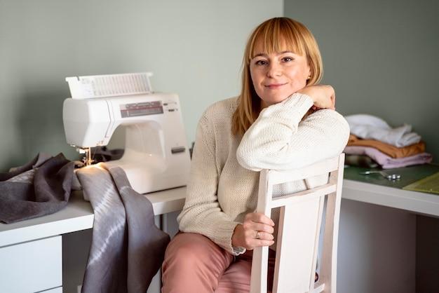 Femme à l'intérieur travaillant avec du tissu pour les vêtements