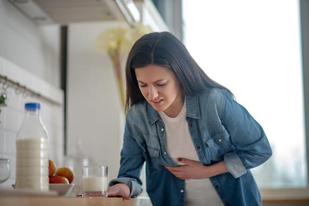 Femme intolérante au lactose avec maux d'estomac après le lait