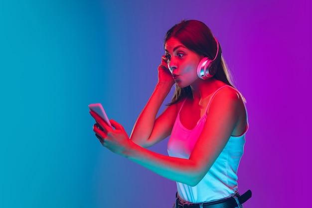 Femme isolée sur fond néon