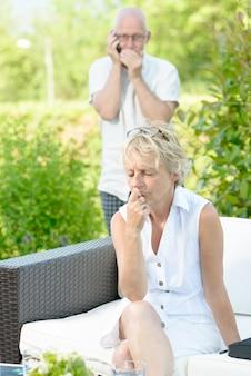 Une femme jalouse de son mari