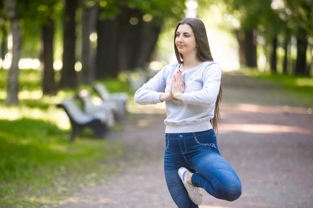 Femme avec une jambe sur la cuisse