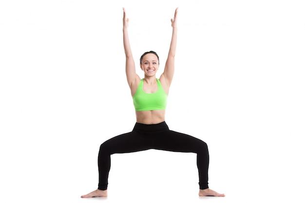 Femme avec les jambes ouvertes et les bras levés