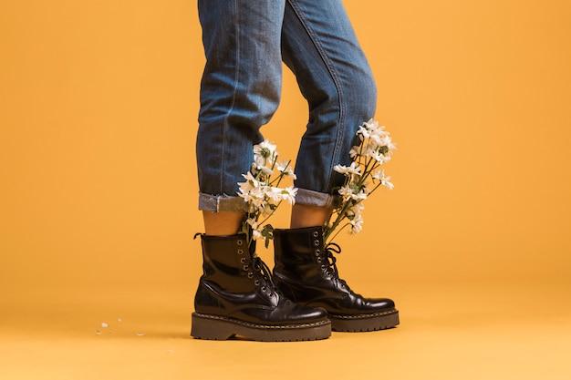 Femme, jambes, porter, bottes, fleurs, intérieur