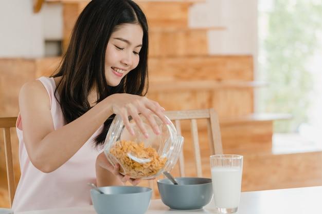 Femme japonaise asiatique prend le petit déjeuner à la maison