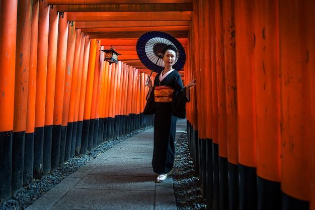 Femme japonaise au sanctuaire fushimi inari