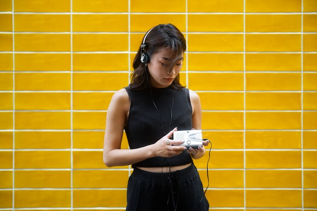 Femme japonaise de coup moyen écoutant de la musique