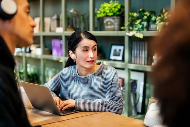 Femme japonaise dans un café avec ses amis
