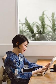 Femme japonaise avec tablette numérique