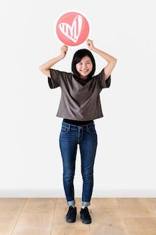 Femme japonaise tenant un coeur