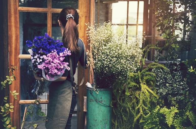 Femme japonaise travaillant dans un magasin de fleurs