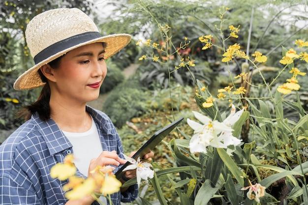 Femme jardinage fleurs spéciales
