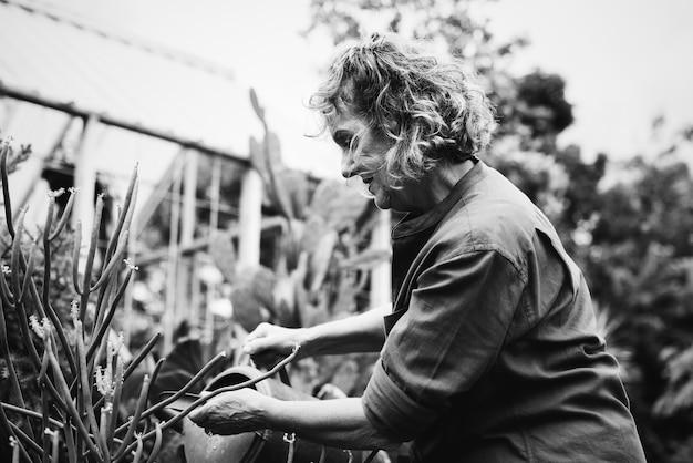 Femme jardinant dans une serre