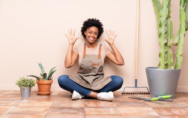 Femme jardinier assis sur le sol